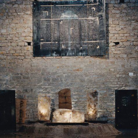 Bouclier du sel, Triptyque en zinc de récupération, déployé 230 x 280 cm, riveté sur contreplaqué serti au plomb, texte martelé et poli, incrustation cuivre, or et argent, charnières laiton, plat-bords acier – 1996